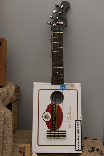 Upcycling music instruments from old cigar boxes by Blue Bones