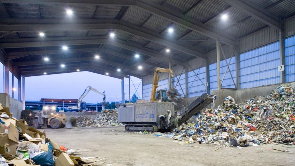 Gewerbeabfallsortierung in der Müllverbrennungsanlage Köln