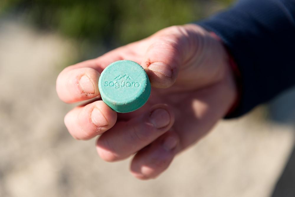 Plastikmüllsammelaktion: Saguaro Plastikdeckel einer Getränkeflasche