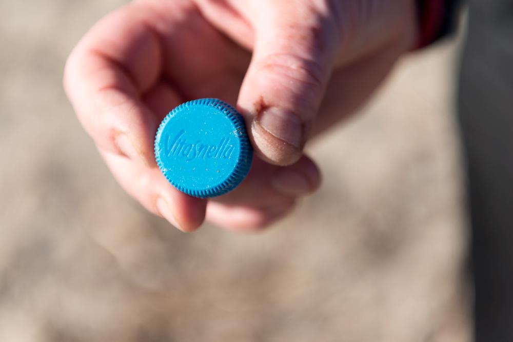 Plastikmüllsammelaktion: Vitasnella Plastikdeckel einer Getränkeflasche
